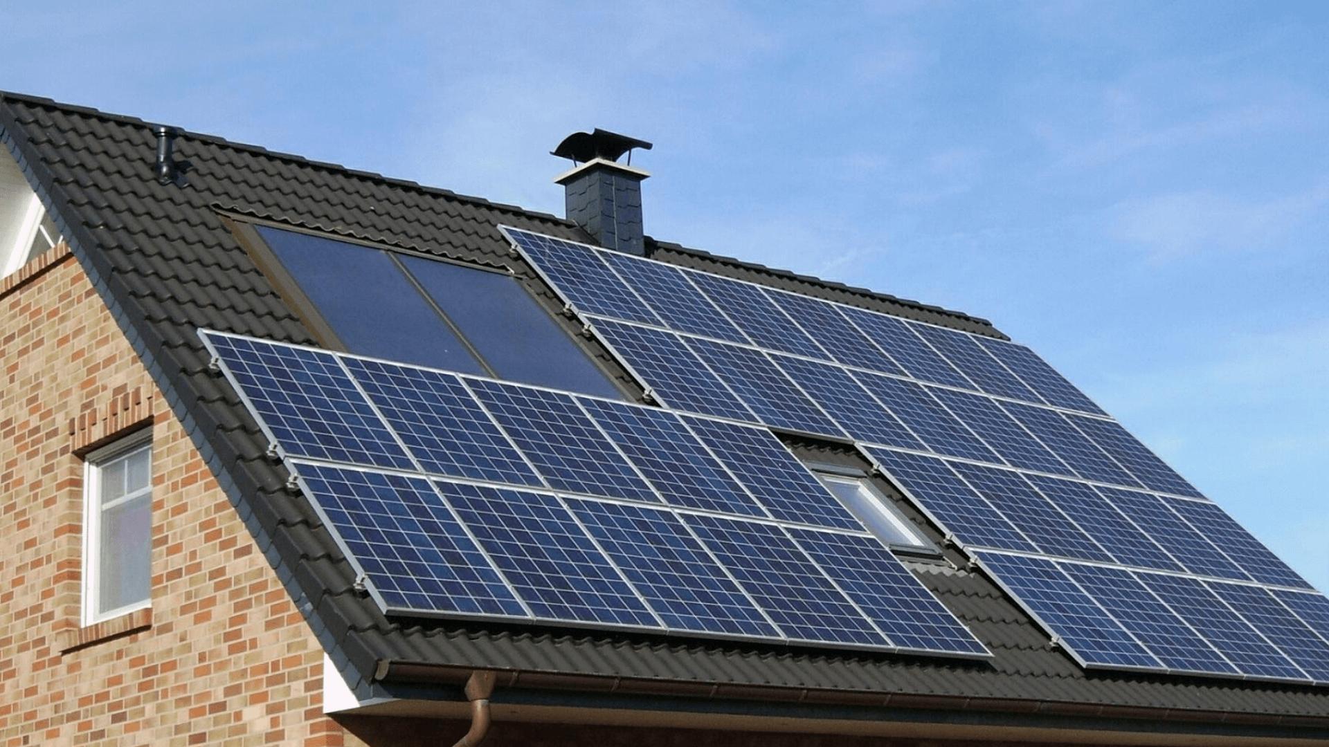 panele-fotowoltaiczne-na-dachu-mity